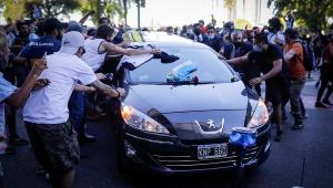 Carro fúnebre de Maradona chega ao cemitério para cerimônia reservada