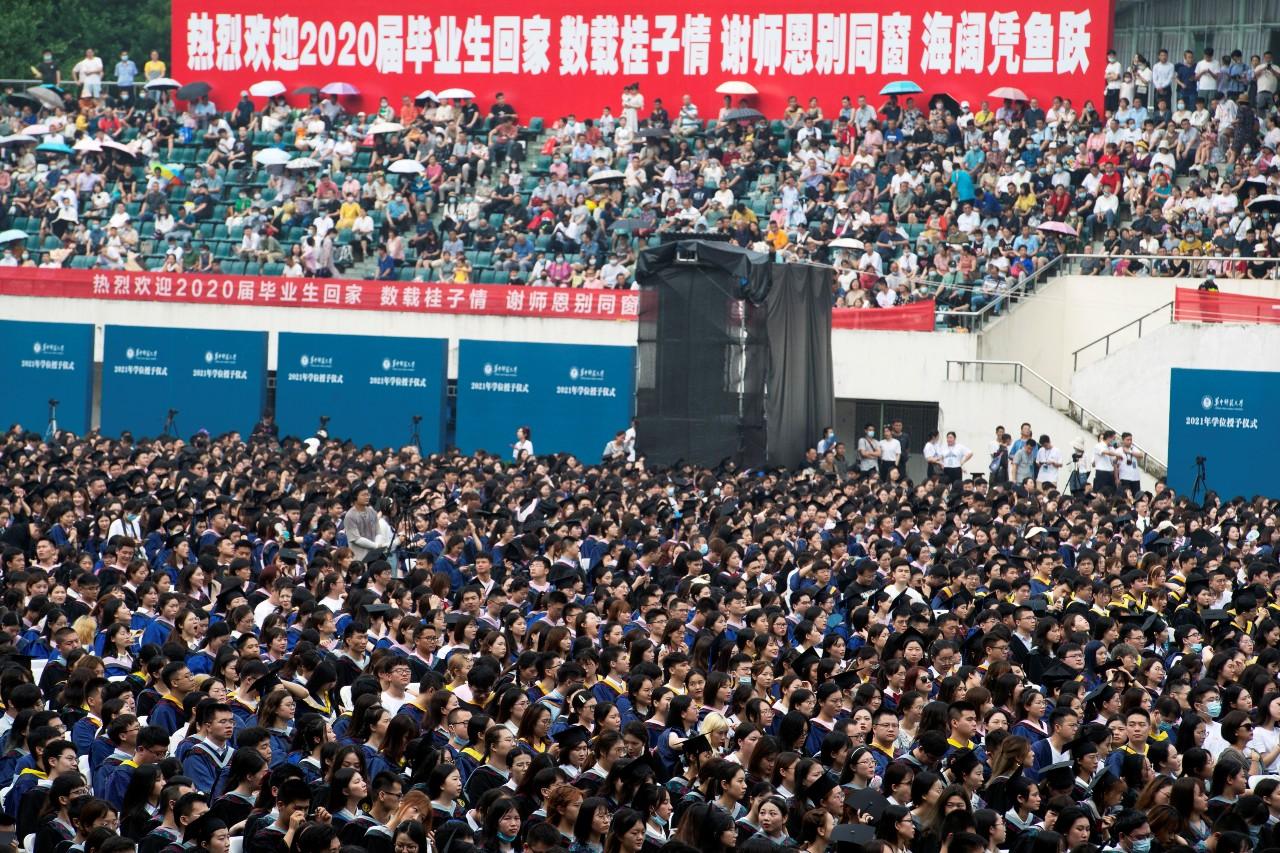 Milhares de estudantes participam de formatura em Wuhan, na China