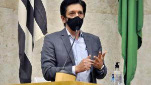 Homem de máscara discursa na Câmara de Vereadores
