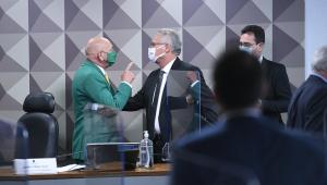 Luciano Hang aponta o dedo para Renan Calheiros em meio a tumulto na sessão da CPI da Covid-19