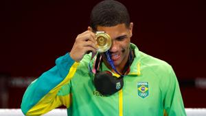 Com agasalho do Brasil, Hebert Conceição coloca medalha de ouro no olho