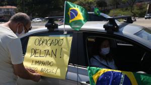 carro com bandeiras do brasil e cartaz a favor da lava jato