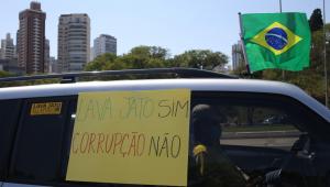 """carro com placa """"lava jato sim, corrupção não"""""""