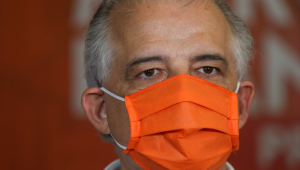 Márcio França usando máscara laranja