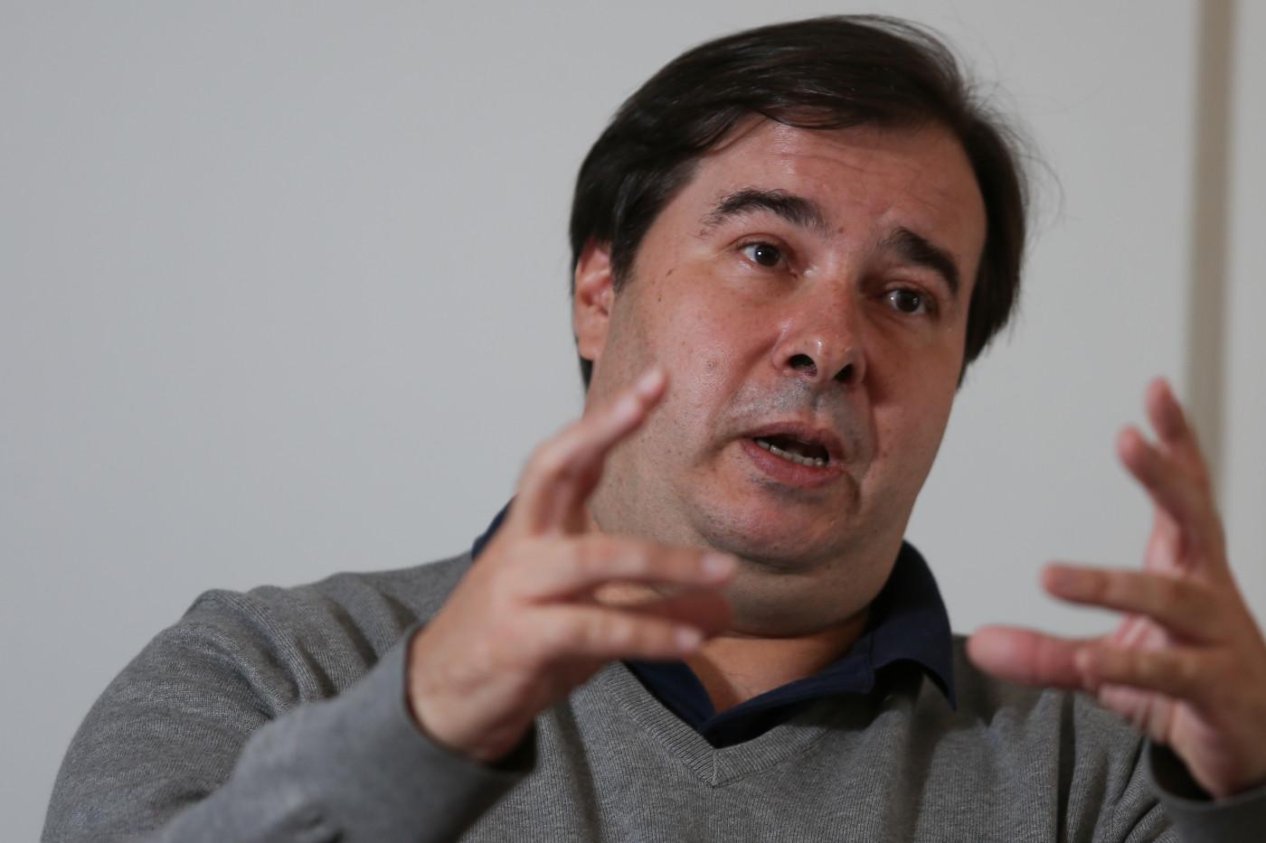 Ex-presidente da Câmara Rodrigo Maia gesticulando