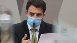 Otávio Fakhoury de máscara durante depoimento à CPI da Covid-19