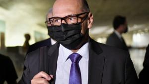 Dimas Covas chega de terno e máscara preta para depor à CPI da Covid-19