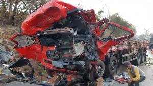 Acidente entre caminhão e van deixa 12 mortos e um ferido em Minas Gerais