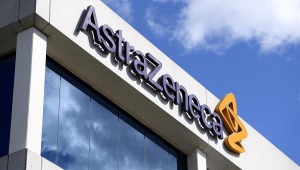Placa da empresa AstraZeneca com céu ao fundo