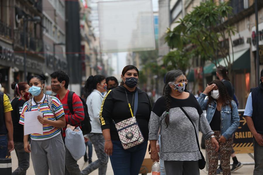Pessoas usando máscaras nas ruas