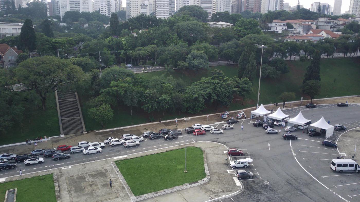 Congestionamento no posto de vacinação contra a Covid-19 do Pacaembu