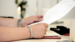 Pessoa segurando um documento de testamento