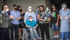 Sob aplausos, Hospital de Campanha Ibirapuera dá alta ao último paciente neste sábado