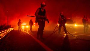 Incêndio em Los Angeles dobra de tamanho; tempo seco prejudica ação de bombeiros