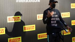 Hamilton faz duro protesto contra o racismo após 90ª vitória: 'Não vamos ficar em silêncio'