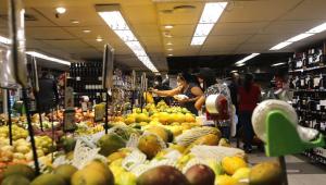 Maior vilão da inflação em 2020, setor de alimentos volta a subir em abril após sequência de quedas