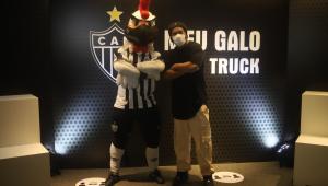 Rolê aleatório, mas nem tanto: Ronaldinho visita obras do estádio do Galo
