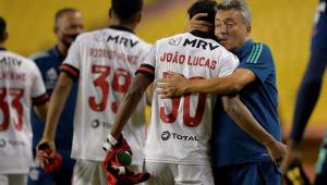 Surto de Covid faz Flamengo ter apenas 10 jogadores do profissional para pegar Palmeiras