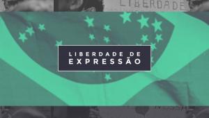 Imagem em preto e branco com a bandeira do Brasil estendida e a frase Liberdade de Expressão em uma caixa