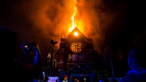 Nada mais sintomático desta geração mimada, cega e ressentida do que queimar igrejas no Chile
