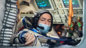 No espaço, astronautas improvisam conserto de estação com fita adesiva