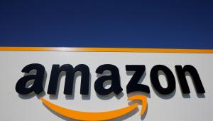 Imagem da fachada da Amazon com céu escuro acima
