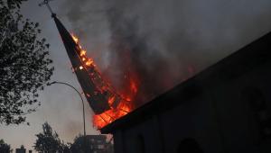 Chile busca responsáveis por incêndio criminoso de igreja durante protestos