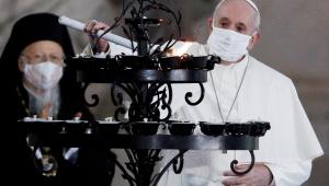 Papa Francisco usa máscara em celebração pública pela primeira vez