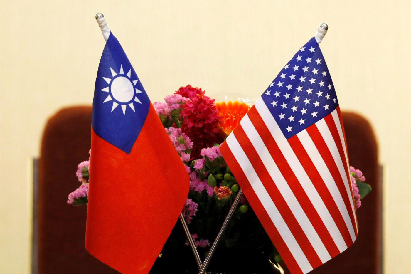Bandeiras dos Estados Unidos e de Taiwan postas lado a lado