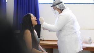 Profissional da saúde faz teste de Covid-19