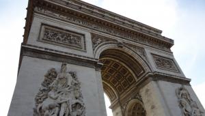 Após alerta de bomba em Paris, arredores do Arco do Triunfo são esvaziados