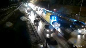 Em São Paulo, saída para o feriado prolongado tem tráfego intenso no sentido litoral