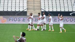 Flamengo massacra o Corinthians por 5 a 1 e assume a ponta do Brasileirão