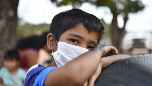 Usar duas máscaras é realmente eficaz contra o coronavírus? Tire suas dúvidas