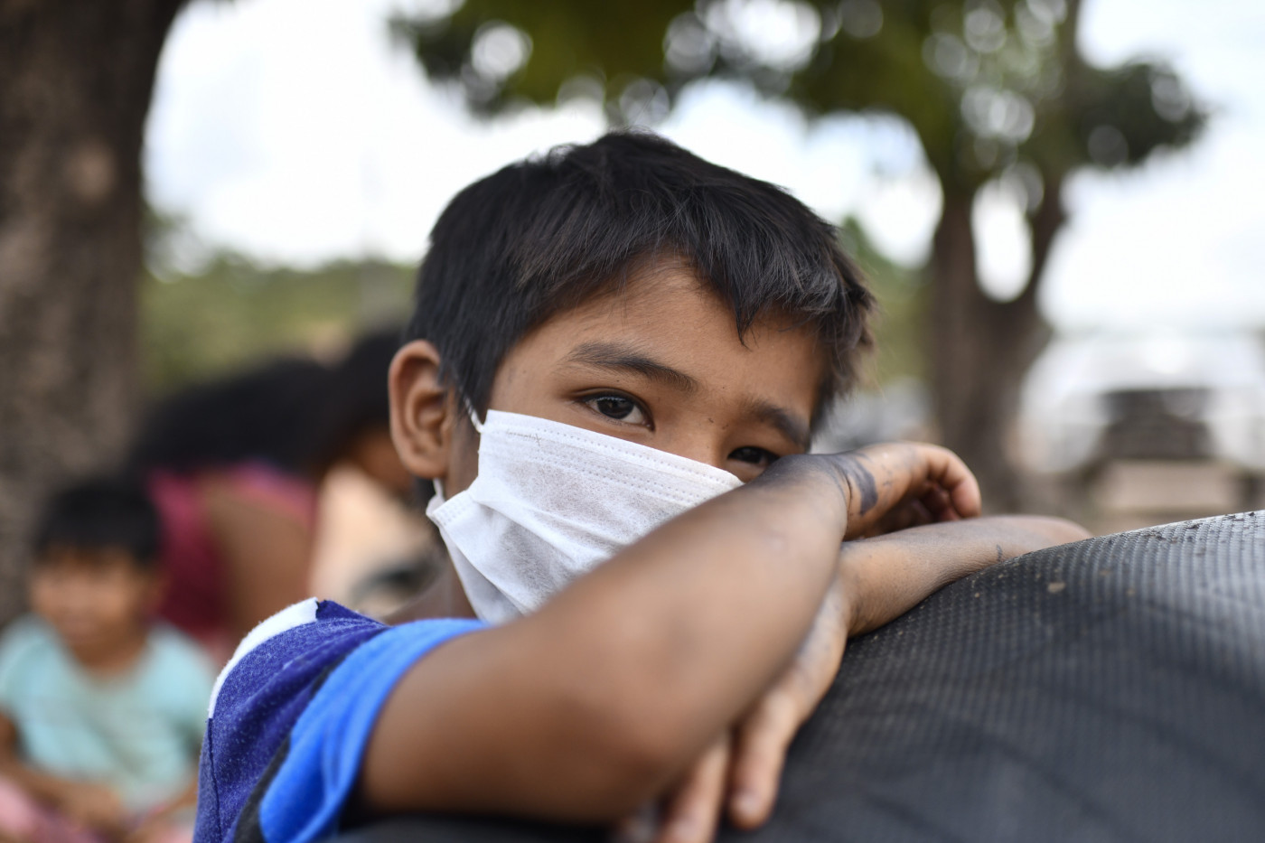 Garoto usa máscara para se proteger de infecção pelo novo coronavírus