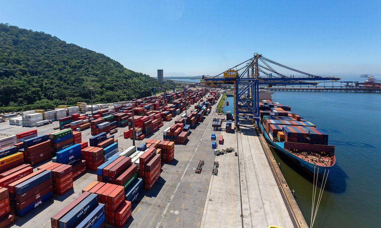 Containers empilhados em porto