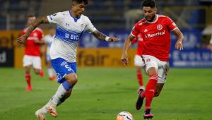 Internacional leva virada da Universidad Católica, mas se classifica na Libertadores