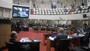 Tribunal afasta governador de SC por suspeita de crime de responsabilidade