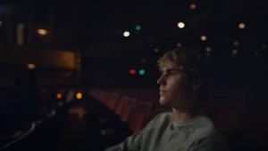 Justin Bieber reflete sobre própria solidão no clipe emotivo de 'Lonely'