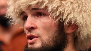 UFC 254: Khabib vence e anuncia aposentadoria por morte do pai, vítima de Covid-19