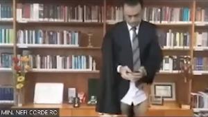 Ministro do STJ aparece só de cuecas durante sessão virtual; assista