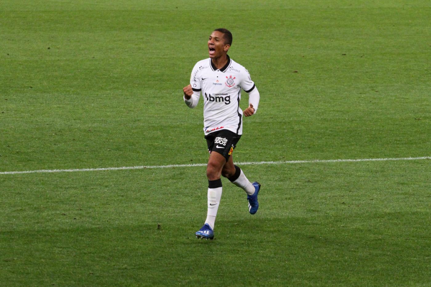 Matheus Davó celebra gol com a camisa do Corinthians diante do Internacional