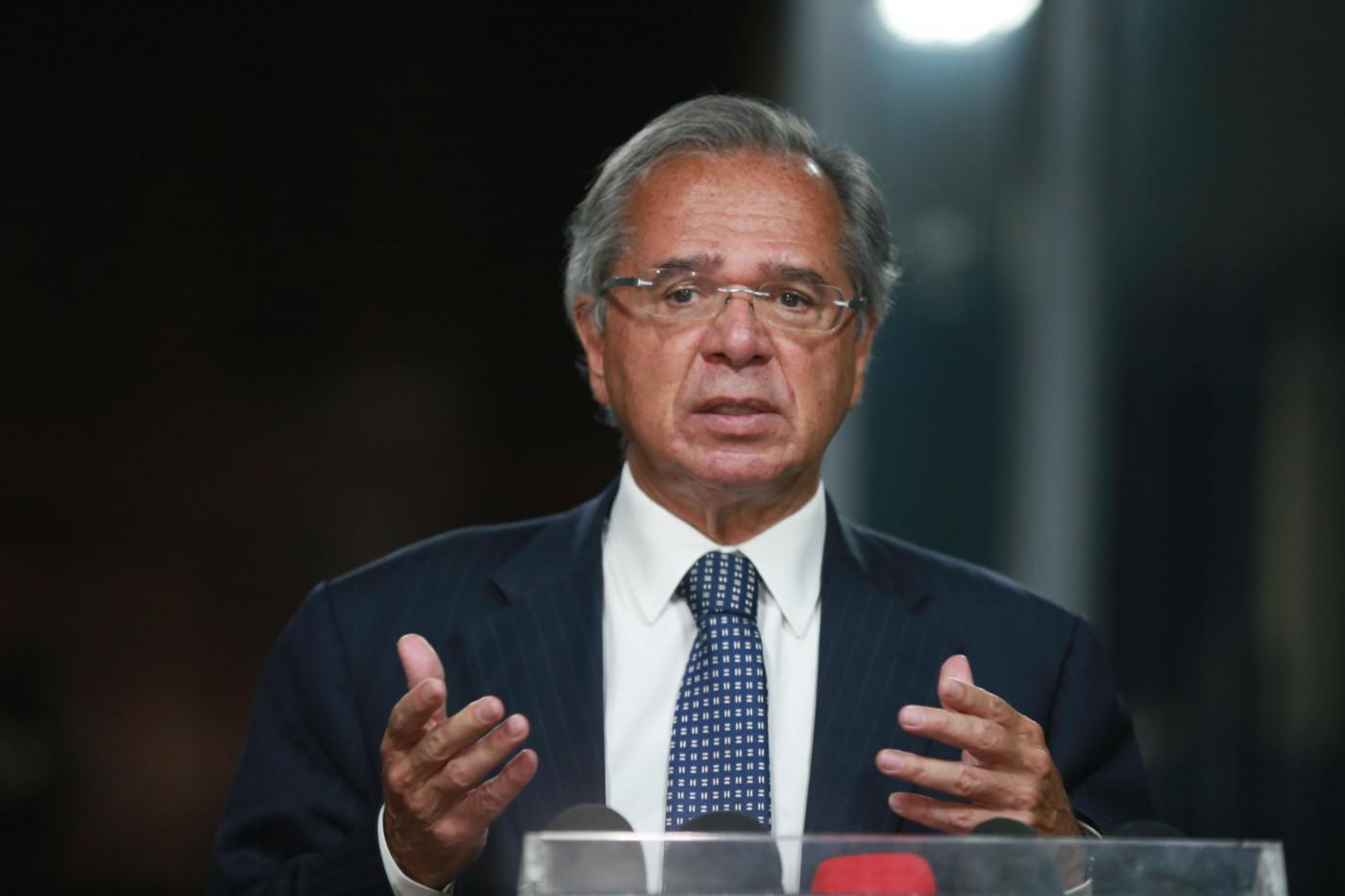Paulo Guedes gesticulando