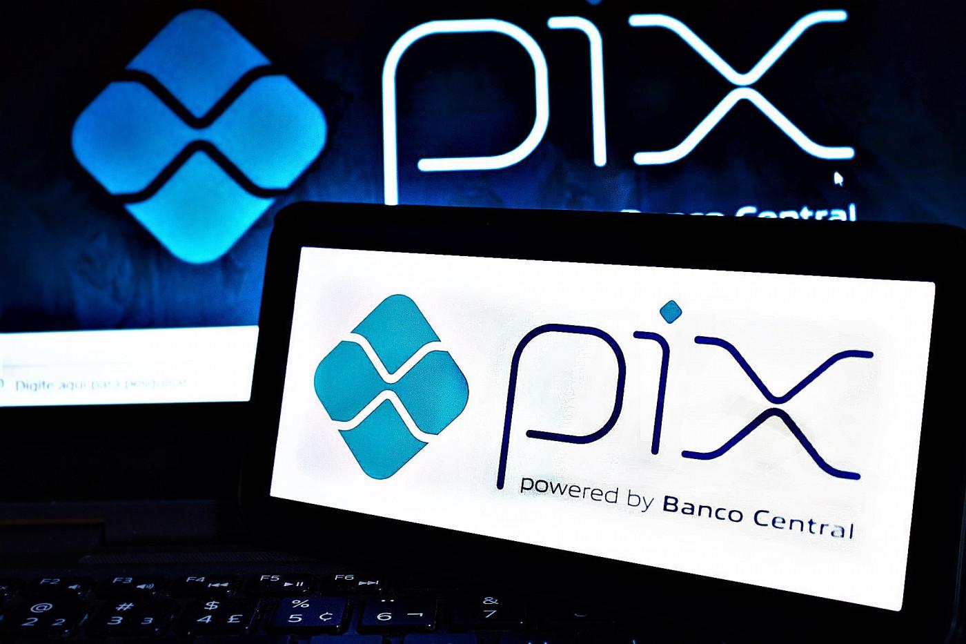 Duas telas com o logotipo do Pix
