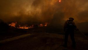Incêndios florestais na Califórnia deixam dois bombeiros criticamente feridos
