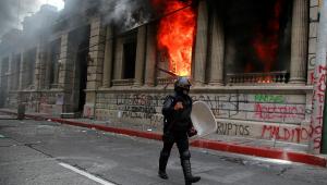 Guatemala: manifestantes pedem renúncia do presidente e incendeiam Congresso