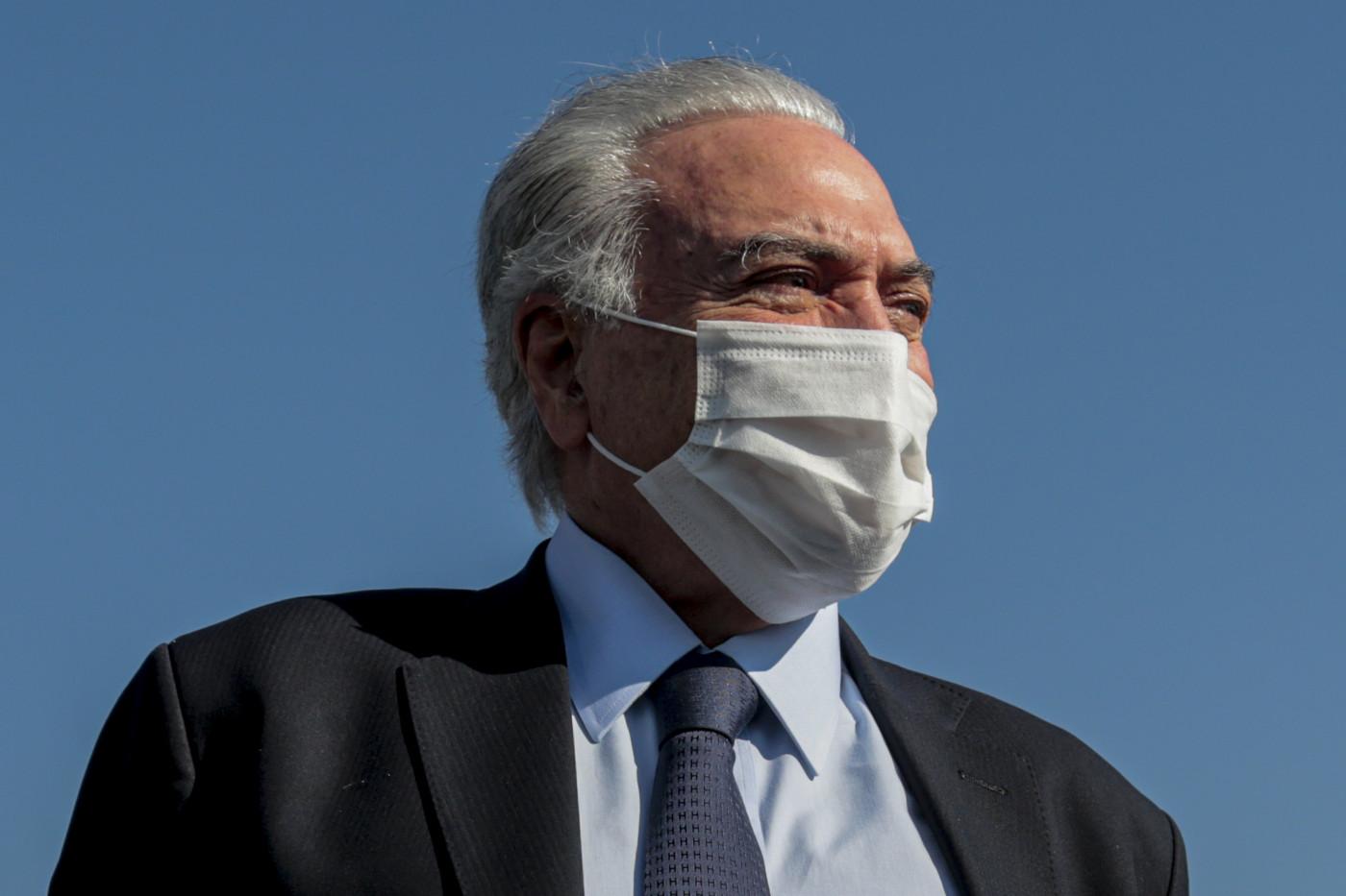 Michel Temer de máscara