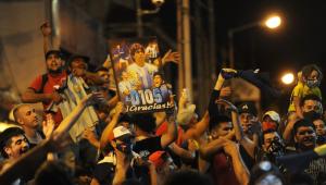 Lágrimas, comoção e vigílias: Argentinos prestam homenagens a Maradona