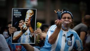 Sob forte comoção, Maradona é velado na Casa Rosada
