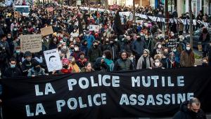 Dois policiais são presos após agredirem homem negro em Paris